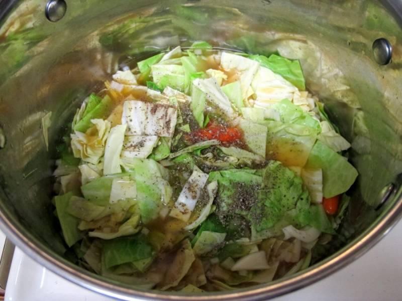 2. Пока картофель варится, нарежем произвольными кусочками морковь, капусту, лук, болгарский перец. Добавляем в бульон.