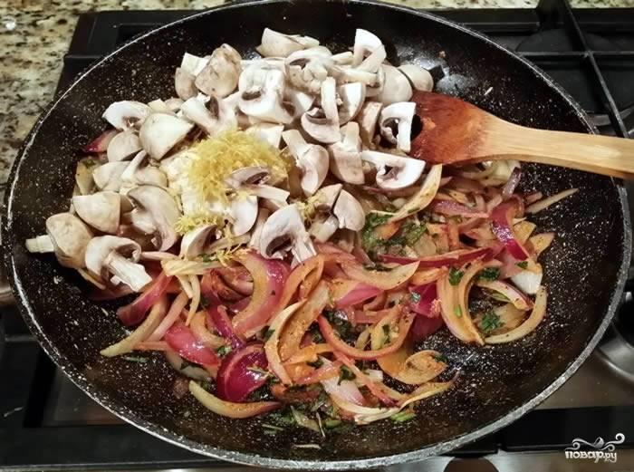 3. Вымойте, обсушите и нарежьте ломтиками грибы. Выложите их на сковороду. С лимона натрите цедру и добавьте вместе с грибами (рецепт от этого только выиграет). Продолжайте жарить, помешивая, до готовности грибов.
