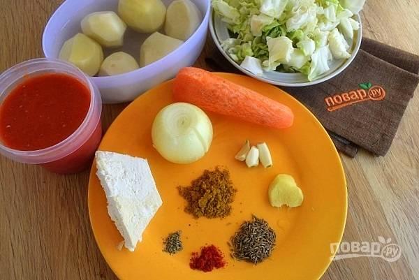 Подготовьте необходимые продукты. Овощи помойте, очистите. Капусту нарежьте средними кубиками.