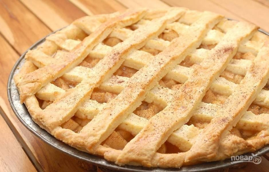 13.Оставьте пирог при комнатной температуре на 45-60 минут для остывания, а уже потом подавайте.