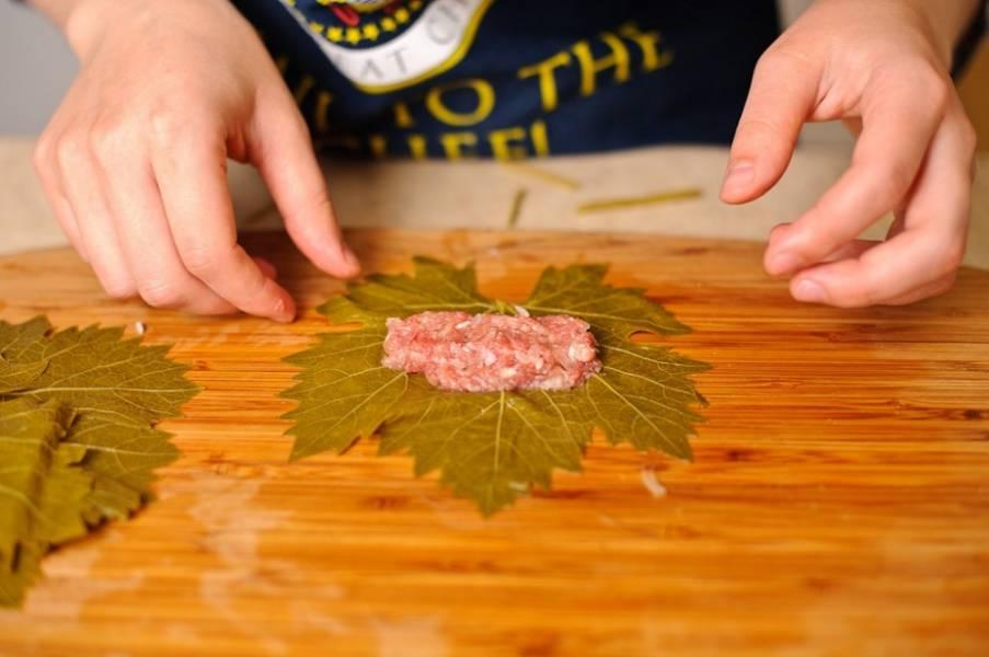 5. На центр листика выложите трубочкой начинку из фарша, лука и риса.