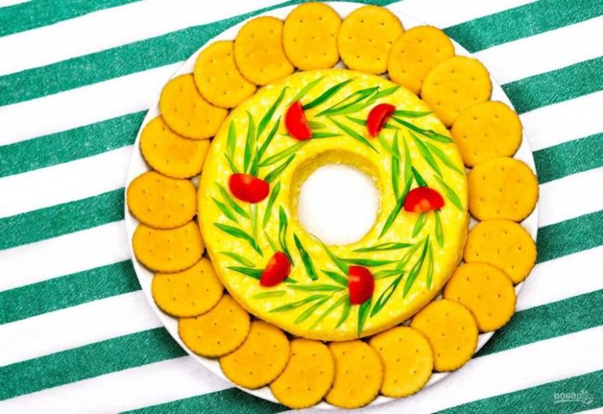 4. Украсьте блюдо крекером, зеленью и помидорами черри. Приятного аппетита!
