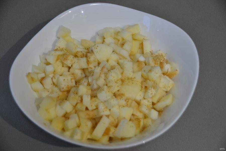 Очистите яблоки, нарежьте кубиком, сбрызните лимонным соком, добавьте лимонную цедру.