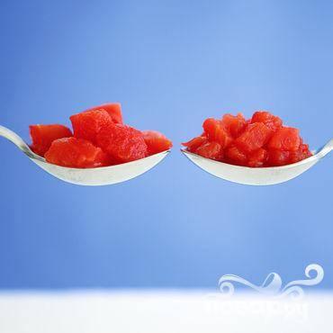 3.Если у вас нет консервированных помидор кубиками, можете использовать обычные консервированные томаты, порезав их на небольшие кусочки. Если в наличии есть только свежие помидоры, нужно брать самые спелые и мягкие из них.