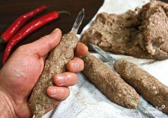 5. Последний совет, как сделать люля-кебаб из говядины на шампурах - формируйте быстро, плотно прижимая руками. И сразу же отправляйте на мангал.
