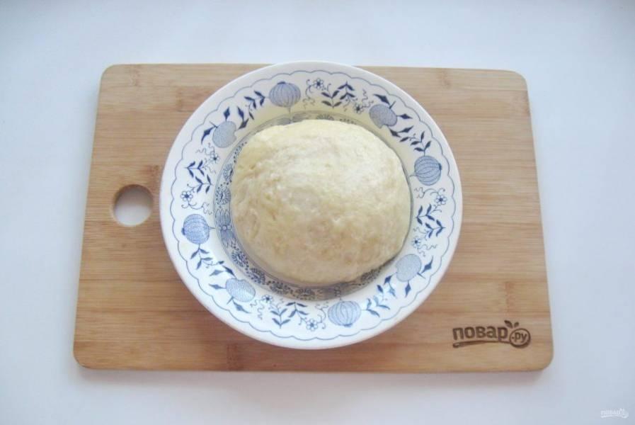 Потом месите руками, пока тесто не станет мягким, нежным и послушным. Дайте ему отдохнуть 30 минут.