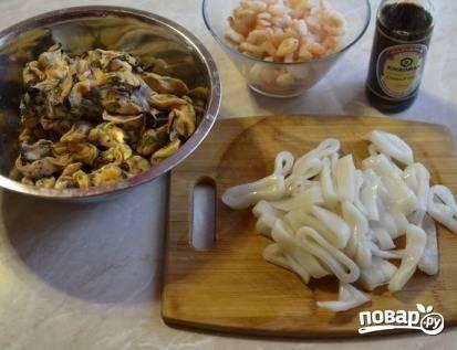 Морепродукты необходимо разморозить, если используете мороженые, а кальмары порезать кольцами.