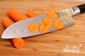 Подготовьте овощи. Нарежьте морковь колечками.