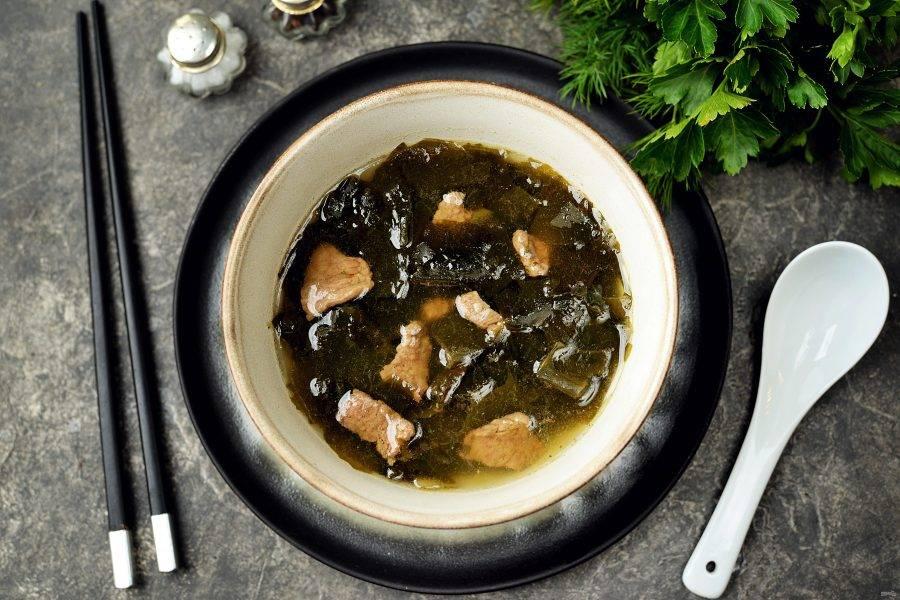 """Готовый суп """"Миёккук"""" разлейте по порциям и сразу же подавайте к столу. Приятного аппетита!"""