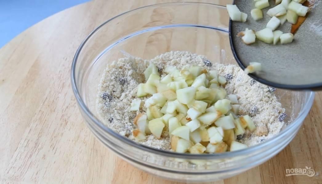 9.Добавьте яблоки, очищенные от кожуры и нарезанные кубиками.