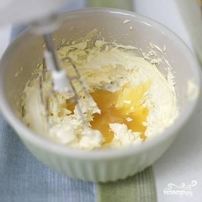 Теперь приготовим крем. Для этого, сперва, приготовим сироп: смешаем молоко и желток до однородности, добавляем сахар, на медленном огне доводим до кипения и варим еще 2-3 минуты до консистенции сгущенки. Остужаем, после чего готовим непосредственно крем: взбиваем масло до посветления, затем добавляем сахарную пудру и, продолжая взбивать, понемногу вводим сироп.