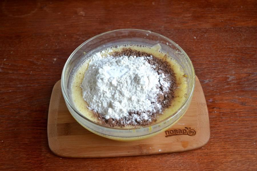 Добавьте 150 г. сгущенки и сметану, снова хорошенько размешайте до однородности. Теперь добавьте 3 ст. ложки какао, муку и соду. Ложкой перемешайте до однородного состояния.