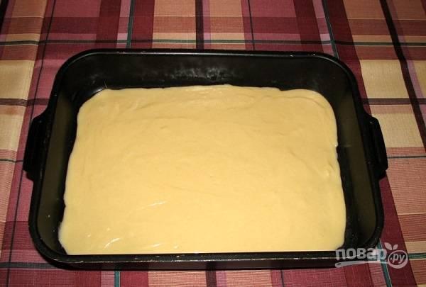 3. Вылейте тесто в жаропрочную форму, смазанную маслом или застеленную пергаментом. Отправьте в духовку.