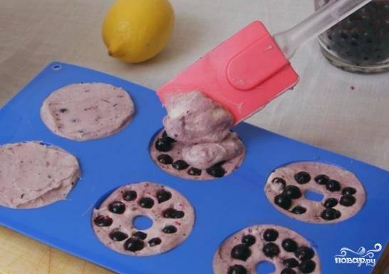 Берем специальную формочку для заморозки (см. фото, как она выглядит), выкладываем в них образовавшуюся массу. По желанию, в каждую из формочек можно положить несколько ягод смородины. Кладем формочку в морозильник на 4-5 часов для застывания.