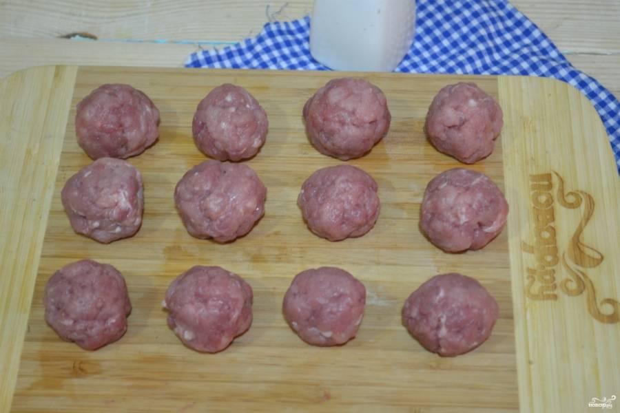 Фарш посолите и поперчите по вкусу, сформируйте из него небольшие шарики. Фарш можно использовать покупной, а можно и самим сделать.