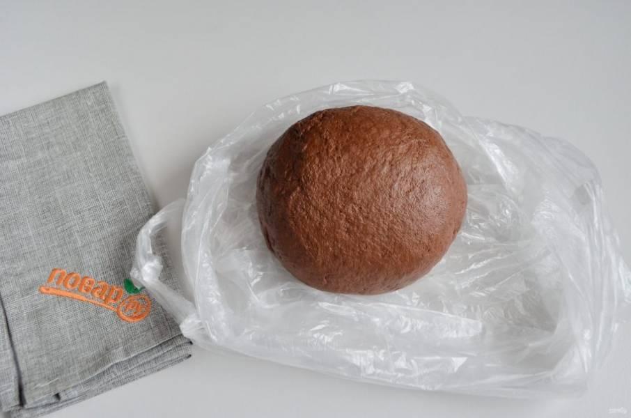 5. Тесто эластичное, приятное к рукам, не крутое. Положите его в пакет и отправьте в холодильник на 30 минут. Включите духовку прогреваться на 200 градусов.