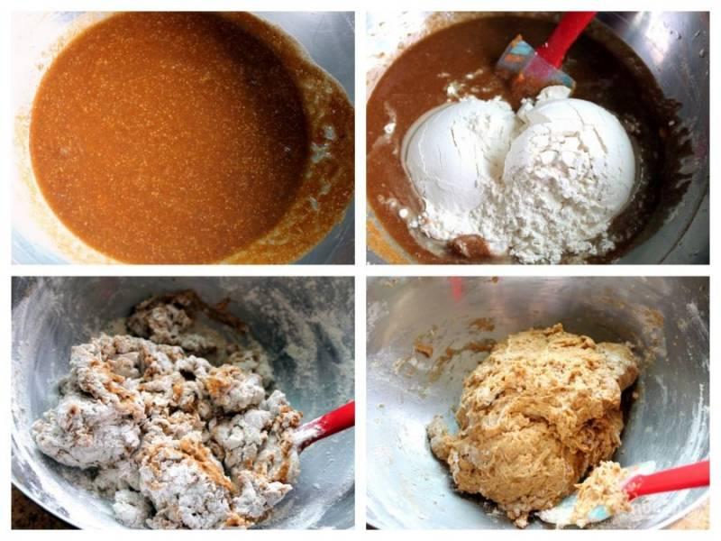 1. Залейте дрожжи с сахаром теплой водой. Через пару минут добавьте тыквенное пюре и муку.