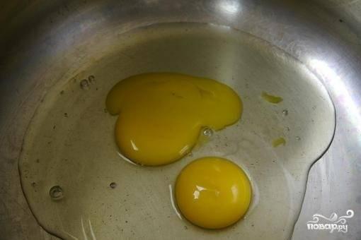 2.Вбейте в емкость для приготовления теста два яйца.