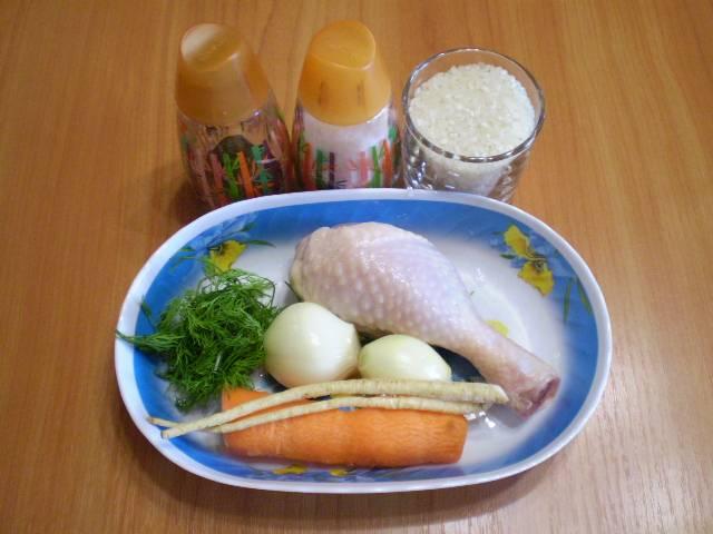 1. Приготовим продукты для бульона. Варить бульон куриный можно, используя любую часть курицы.