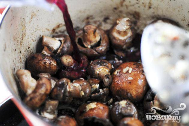 3. Добавить грибы и готовить еще 2 минуты. Влить вино и консоме. Можно добавить дополнительное количество воды в случае необходимости. Затем добавить соль и перец по вкусу и перемешать. Довести до кипения.
