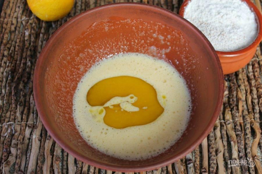 Добавляем оливковое масло и продолжаем взбивать.