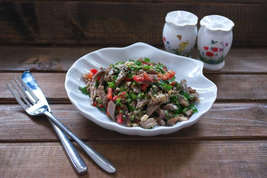 Заправьте салат оливковым маслом. Добавьте соль и специи. Подайте к столу.