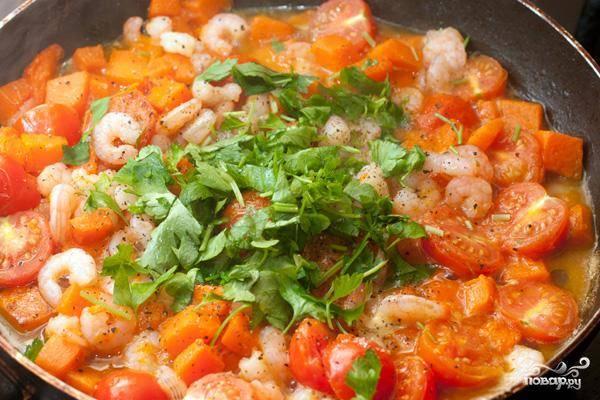 За минуту до готовности соуса добавляем рубленую петрушку, соль и перец.