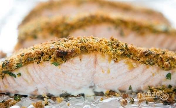 5.Поставьте лосося в заранее разогретую до 200 градусов духовку и запекайте в течение 12-14 минут.