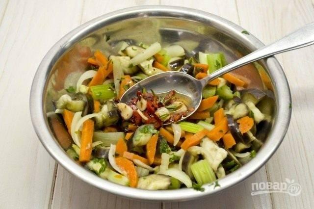 Заправку влейте в овощи. Всё перемешайте.