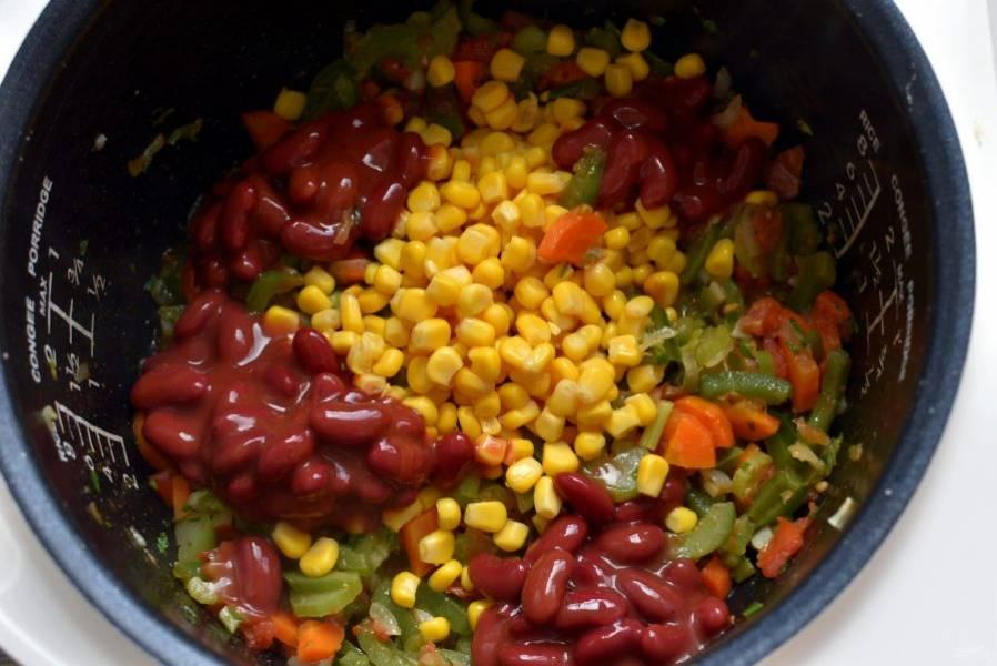 Добавьте консервированные кукурузу и фасоль.