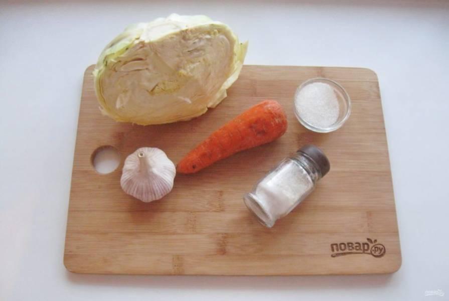Подготовьте ингредиенты для приготовления квашеной капусты с чесноком.