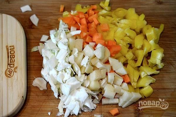 Все овощи почистите и нарежьте мелким кубиком.