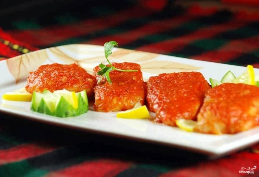 Готовую рыбу, тушенную в томатном соусе, подавать можете с любым гарниром или овощами.