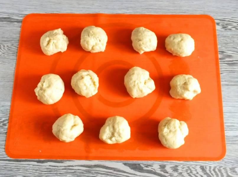 Достаньте тесто из холодильника. Разделите его на 11-12 частей. Средний вес заготовки должен варьировать в пределах 55-65 грамм.