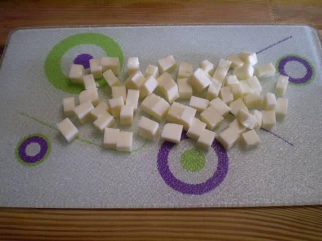 4. Сырок порезать кубиками.