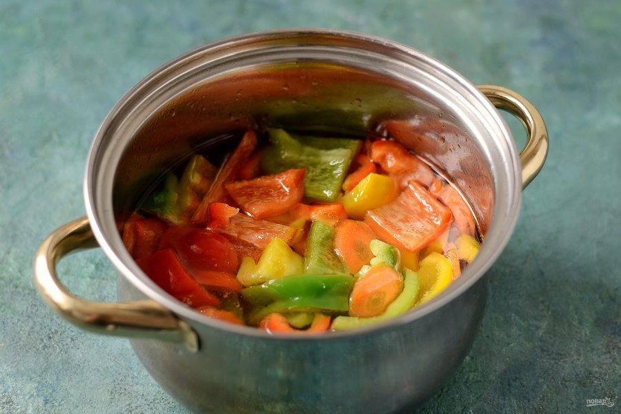 В кипящий маринад порционно добавляйте перец и морковь, чтобы овощи полностью были им покрыты. Варите по 7-8 минут.