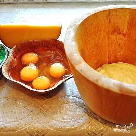 Теперь приготовим заливку. Для этого нам понадобятся яйца, твердый сыр, сливочный сыр, сметана и специи.