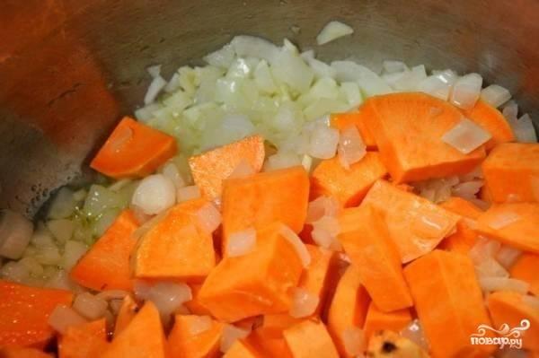 1.Все овощи тщательно моем от грязи, затем все овощи, кроме зелени, очищаем и нарезаем небольшими кусочками. Казан или сковороду с высокими бортами ставим на огонь, наливаем оливковое масло, отправляем сперва лук, а через пару минут морковь.
