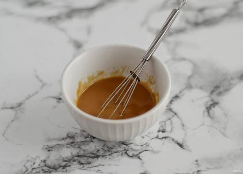 Для соуса смешайте яблочный уксус, арахисовый урбеч, растительное масло и соевый соус.