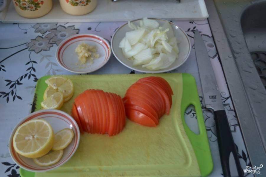 Лук, помидор и лимон порезать кольцами или полукольцами - кому как больше нравится.