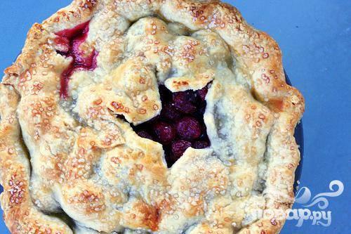 5. Выпекать пирог в середине духовки 25 минут. Уменьшить температуру до 175 градусов и выпекать пирог в течение 25-30 минут, до золотистого цвета. Остудить пирог на стойке и подавать.