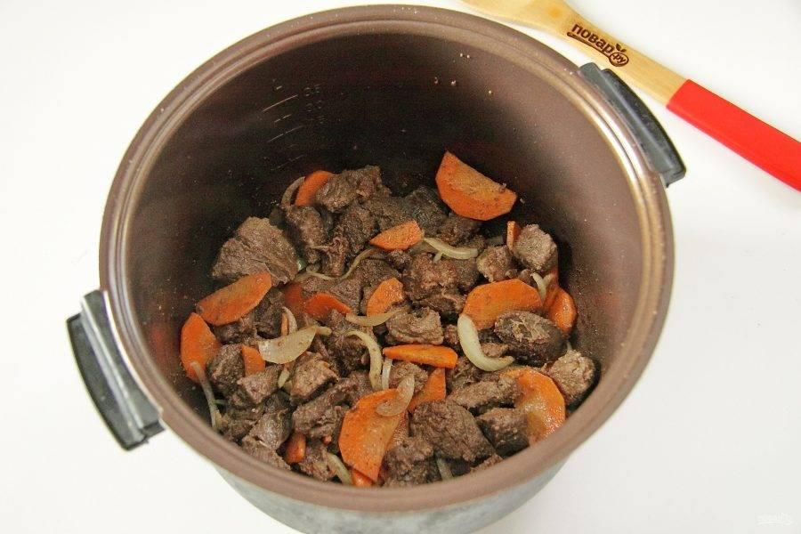 Добавьте нарезанную крупно морковь и лук. Обжарьте все вместе 2-3 минуты.