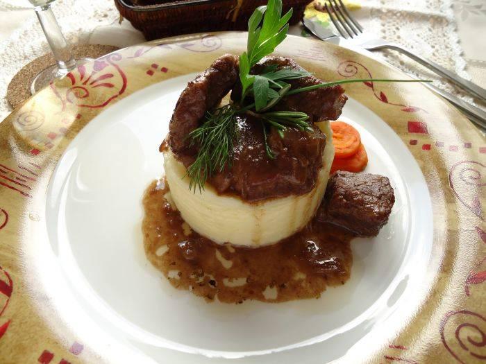 Готовую говядину подайте с картофельным пюре.