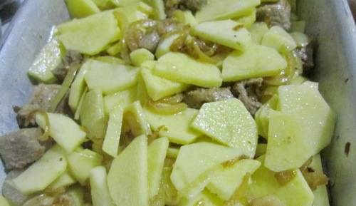 В форму доля запекания укладываем в произвольном порядке: лук, мясо и картофель, порезанный тонкими ломтиками. Добавляем смесь перцев и соль, перемешиваем.
