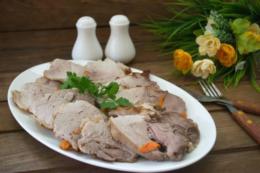 Готовое мясо вынуть из духовки. Слегка остудить. Срезать нитки. Нарезать на кусочки и подать к столу.