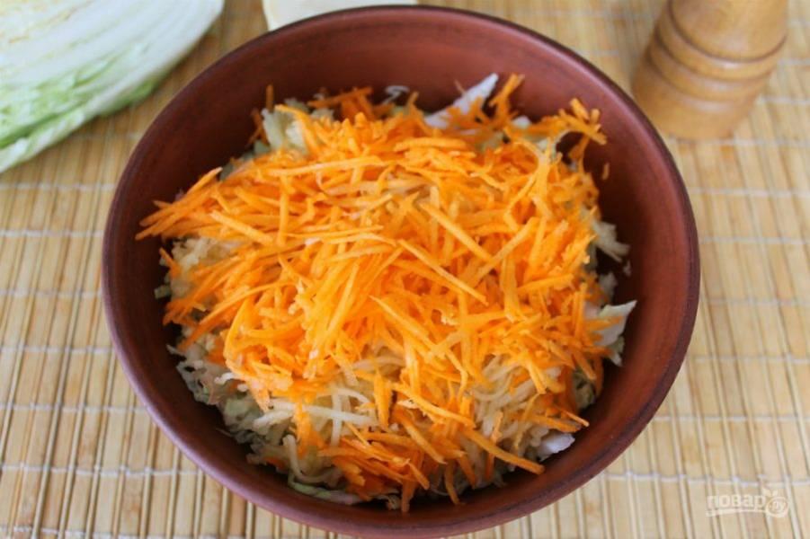 Далее, добавляем в салат тертую морковь.