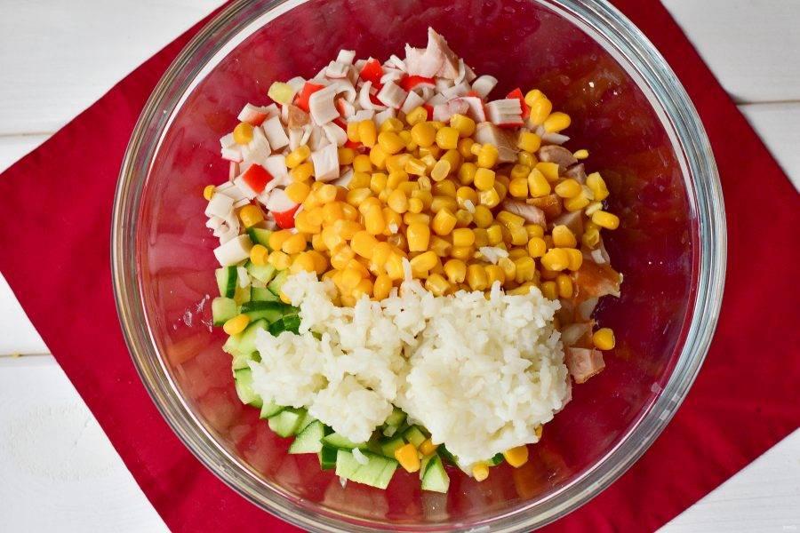Выложите отварной рис.