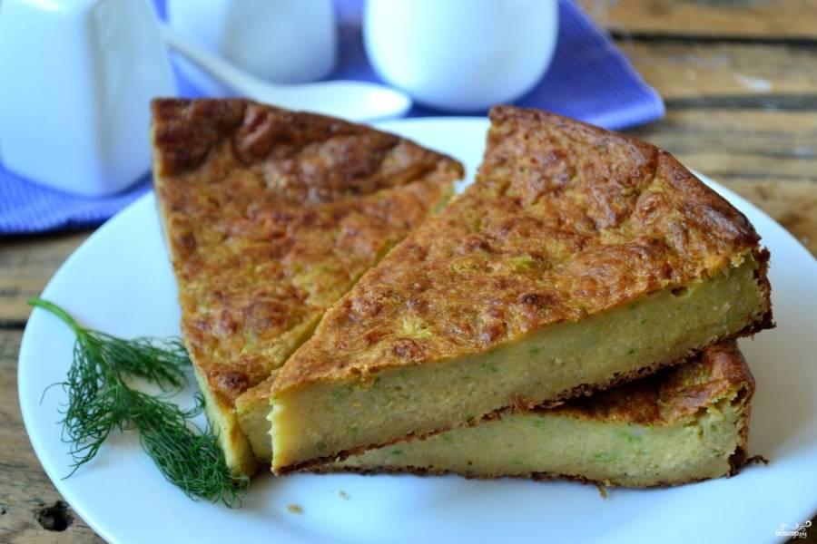 Вот и все, вкуснейший закусочный пирог готов! Полейте его сметаной или майонезом, украсьте зеленью и подавайте!