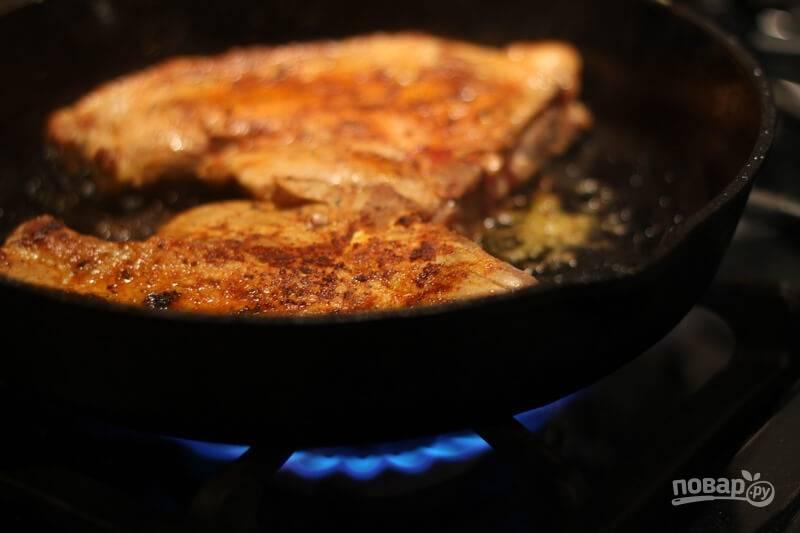 3. Жарьте на среднем огне до румяной корочки с двух сторон.