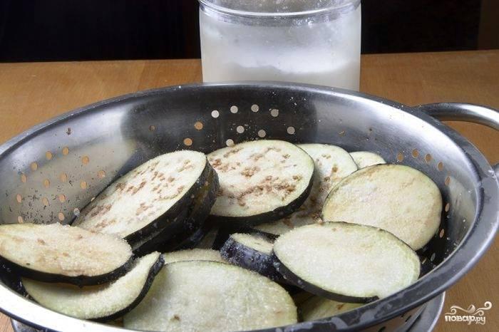 Первое, что нужно сделать - нарезать баклажаны кружочками, щедро посыпать их солью и оставить на 30 минут. Это делается для того, чтобы баклажаны утратили свою горечь.